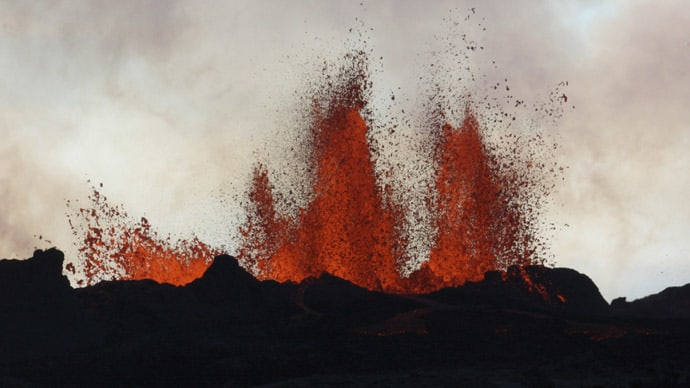 Stunning Icelandic lava flows illuminate desolate landscape (VIDEO)