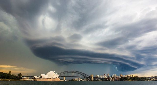 Bizarre UFO-Looking Cloud Formation Over Sydney, Australia